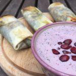 Vegetarische loempia's met spinazie en tofu en een yoghurt sausje met granaatappel en munt - recept