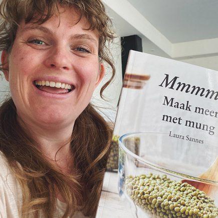 Laura met haar mungbonen-kookboek 'Mmmm - Maak meer met mung'
