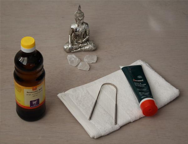 Tongschraper pakket met fluoride vrije tandpasta, sesamolie en een handdoekje